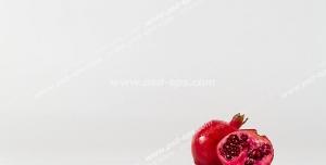 عکس با کیفیت نمای دور از انارهای سالم و نیمه شده با زمینه سفید رنگ
