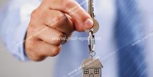 عکس با کیفیت آقایی با کلیدی در دست به همراه جاسوئیچی تصویر خانه