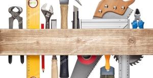 عکس با کیفیت ابزارآلات نجاری و کار با چوب از جمله اره ، چکش ، انبر ، قلم مو و آچار در پشت تکه چوب
