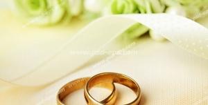 عکس با کیفیت حلقه های عقد یا عروسی در کنار گل های سبز رنگ عروس