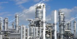 عکس با کیفیت ایستگاه نفتی یا سایت شرکت نفت یا چاه نفت به رنگ سفید در روزی با آسمان آبی