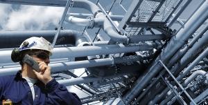 عکس با کیفیت مهندس نفت در حال گزارش گیری در ایستگاه نفتی یا سایت شرکت نفت یا چاه نفت