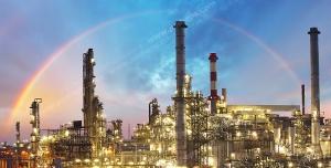 عکس با کیفیت ایستگاه نفتی یا سایت شرکت های نفت یا چاه نفت در هوای ابری و در کنار رنگین کمان