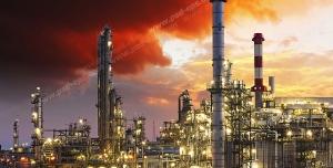 عکس با کیفیت نمای دور از ایستگاه نفتی یا چاه نفت یا سایت شرکت نفتی و آسمان ابری و قرمز رنگ