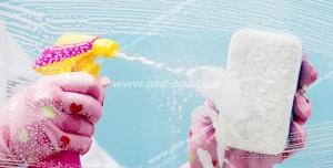 عکس با کیفیت تمیز کردن شیشه با اسفنج و شیشه شوی توسط بانویی با دستکش پلاستیکی