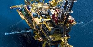 عکس با کیفیت ایستگاه دریایی نفت یا چاه نفت یا سایت شرکت نفتی در دریا با ایستگاه هلی کوپتر درون آن