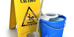 عکس با کیفیت تابلوی زرد رنگ احتیاط همراه با سطل و تی زمین شوی