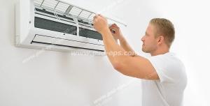 عکس با کیفیت مردی در حال تمیز کردن کولر گازی و اسپلیت و خارج کردن فیلترهای آن برای شستشو