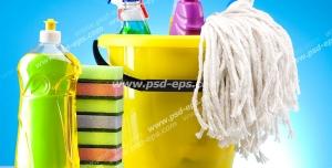 عکس با کیفیت لوازم شوینده مانند تی ، فرچه ، اسفنج ، سطل به همراه مواد شوینده با زمینه آبی