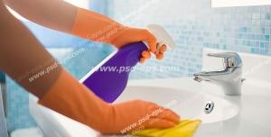 عکس با کیفیت تمیز کردن و شستشوی روشوئی توالت با دستمال و مواد شوینده