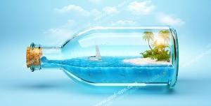 عکس با کیفیت فانتزی از بطری شیشه ای حاوی جزیره ای کوچک با دریا و قایق
