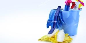 عکس با کیفیت از سطل آبی رنگ همراه با مواد شوینده با دستکش و فرچه و چتکه