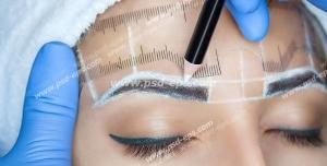 عکس با کیفیت چهره بانویی جوان در حال انجام هاشور و یا سایه ابرو ، میکروبلیدینگ و یا میکروپیگمنتیشن