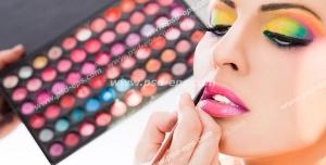 عکس با کیفیت چهره و یا فون زیبای بانویی در حال انجام میکاپ و یا آرایش صورت