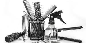 عکس با کیفیت لوازم اصلاح موی سر شامل انواع شانه و برس ها ، قیچی ، آب پاش ، فویل و اتوی مو با زمینه سفید