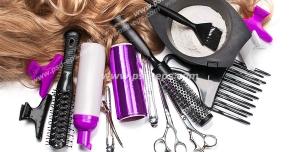عکس با کیفیت لوازم اصلاح موی سر شامل انواع شانه و برس ها ، قیچی ، آب پاش ، فویل و گیره مو به همراه چتکه رنگ مو و رنگ موی اماده شده و قسمتی از موی رنگ شده نسکافه ای