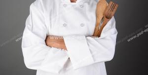 عکس با کیفیت آشپز با لباس آشپزی به همراه قاشق چوبی