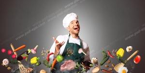 عکس با کیفیت آشپز با لباس و کلاه آشپزی در حال آشپزی و سرخ کردن سبزیجات و مواد غذایی