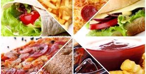 عکس با کیفیت ترکیبی از تصاویر سیب زمینی سوخاری ، ساندویچ همبرگر با مخلفات ، سس قرمز ، پیتزا و نوشابه