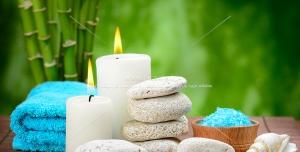 شمع ها و سنگ های سفید رنگ با پس زمینه ای از طبیعت سبز