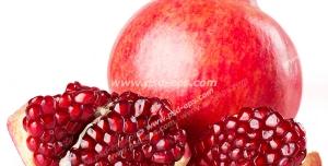 عکس با کیفیت انار تازه و خوشرنگ در کنار تکه های انار با دانه های قرمز مناسب شب یلدا