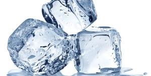 عکس با کیفیت سه تکه یخ مکعبی شکل در کنار هم