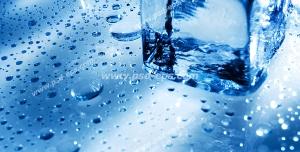 عکس با کیفیت چند تکه یخ مکعبی بر روی سطح یخی