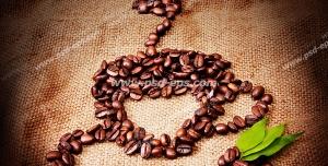 عکس با کیفیت نقش فنجان قهوه داغ ساخته و طراحی شده با دانه های قهوه ویژه تبلیغات کافی شاپ