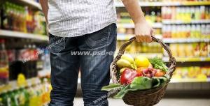 عکس با کیفیت مشتری فروشگاه زنجیره ای با سبد چوبی در دست در حال خرید میوه و سبزیجات