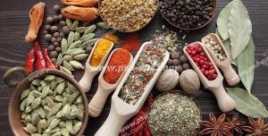 عکس با کیفیت انواع ادویه و محصولات اولیه تهیه ادویه درون ظروف و پیمانه ها بر روی میز