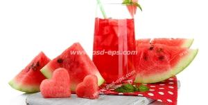 عکس با کیفیت برش های هندوانه در کنار لیوان پر از آب هندوانه و یخ