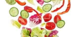 عکس با کیفیت سالاد فصل درون ظرف بلوری و پخش محتویات آن از جمله کاهو ، کلم بنفش ، خیار ، گوجه و فلفل دلمه