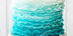 عکس با کیفیت کیک لایه ای با تزئین ورقه ای از رنگ آبی به سفید و تزئین با گل های آبی