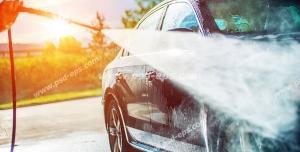 عکس با کیفیت شست و شوی خودروی مشکی بنز با کارواش خانگی یا کارواش صنعتی ماشین