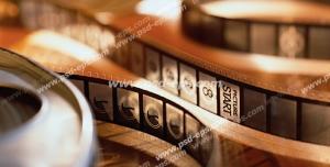 عکس با کیفیت نوار فیلم در کنار قاب آن با مشخص شدن نقطه شروع فیلم مناسب تبلیغات سینما