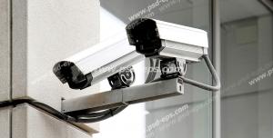 عکس با کیفیت دو عدد دوربین مدار بسته نصب شده بر روی یک پایه خارج از ساختمان