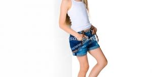 عکس با کیفیت کودک دختر با تاب سفید رنگ و شلوارک و کفش ست آبی رنگ