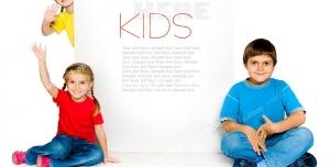 عکس با کیفیت دو کودک دختر و یک پسر نشسته و ایستاده با امکان افزودن متن یا استند تبلیغاتی به تصویر