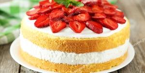 عکس با کیفیت کیک با لایه خامه و تزئین شده با تکه های توت فرنگی