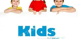 عکس با کیفیت دو کودک دختر و یک پسر تکیه کرده و در بالای جای خالی استند با امکان افزودن متن یا تصویر تبلیغاتی
