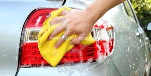 عکس با کیفیت شست و شوی خودرو سفید با دست و کف مواد شوینده