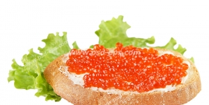 عکس با کیفیت نان تست با تخم سالمون یا تخم ماهی آزاد دریای شمال و برگ کاهو
