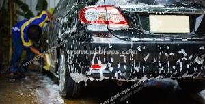 عکس با کیفیت کارواش یا شستشوی خودروی مشکی رنگ با کف و مواد شوینده