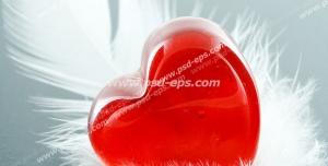 عکس با کیفیت فانتزی قلب بلورین قرمز رنگ بر روی پر سفید