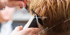 عکس با کیفیت پیرایش یا کوتاه کردن مو در آرایشگاه مردانه و بدست آرایشگر با دستگاه موزر