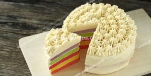 کیک کوچک میوه ای رنگارنگ تزئین شده با قیف و ماسوره به شکل خامه های ستاره ای