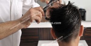 عکس با کیفیت آرایشگر مردانه در حال شانه و مدل دادن به موهای سر مشتری