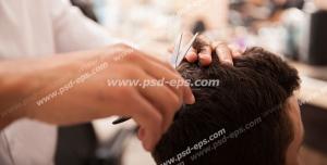 عکس با کیفیت آرایشگر در حال شانه و کوتاه کردن و پیرایش موهای سر مشتری