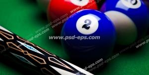 عکس با کیفیت نمای نزدیک از چوب بیلیارد در کنار توپ های قرمز و آبی بیلیارد