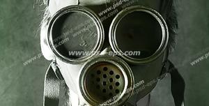 عکس با کیفیت فردی با ماسک ضد گاز شیمیایی با زمینه دودی رنگ